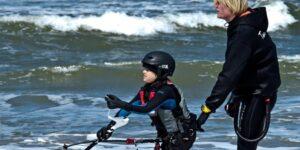 Voor kinderen van 8 tot 16 jaar hebben we de kitesurflessen voor kinderen. De kitesurflessen voor kinderen duren korter, namelijk 2,5 uur, en worden gegeven door de meest ervaren leraren. Het is mogelijk de kitesurflessen voor kinderen te boeken als een privécursus, een cursus voor met zijn tweeën of een cursus voor met zijn drieën.
