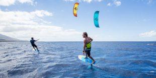 Gevorderden cursus kitesurfen Kitesurfers in actie op de zee in Scheveningen