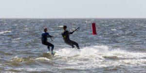 Kitesurfers op zee Scheveningen